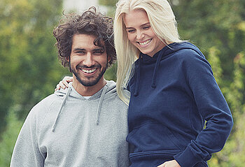 Mann und Frau tragen Sweatshirts von Neutral