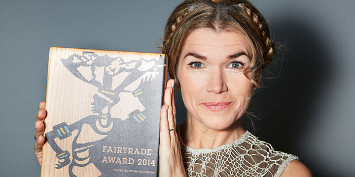 Anke Engelke mit dem Fairtrade-Award 2014