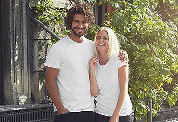 Mann und Frau tragen ein weisses Shirt von Neutral